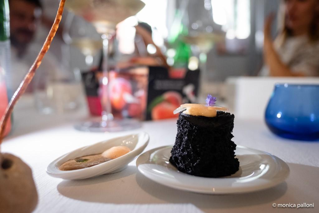 """Mosciolo liquido con pesca Saturnia & fiore di nasturzio """"ripieno"""" di pasta di umeboshi, pesca saturnia e bacche di sambuco"""