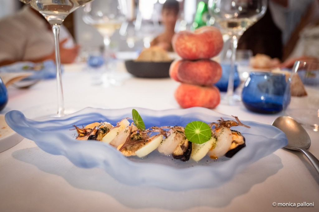 """zuppa di moscioli e gamberi rosa dell'Adriatico, intervallati da """"tranci"""" di pesca Saturnia cruda e croccante"""